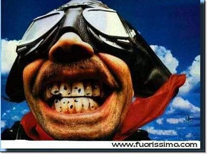 mosche, moscerini, moto, denti, sorriso, bianchi, perfetti, perfetto, chiazze, nere, carie, tartaro, dentista, spiaccicare, sbattere, contrario