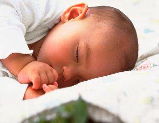 sonnellino,bambino, neonato, dito in bocca, pigiamino, pigiama, riposo, amore di mamma, maternità