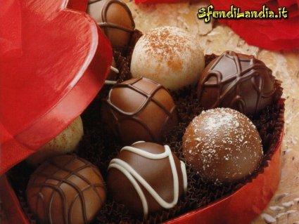 cofanetto, cuore, rosso, cioccolata, dolci assortiti, cartoline regali, vari gusti
