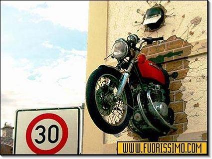 scontro, moto, muro, sviste, distrazioni, pericolo, guida