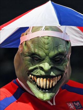 brutto, the mask, perdere la faccia, testa nel pallone, calcio, tifare, ombrellini parasole